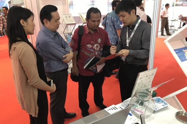 Collin, Sales Manager of FORCS, showcasing e-Form to visitors