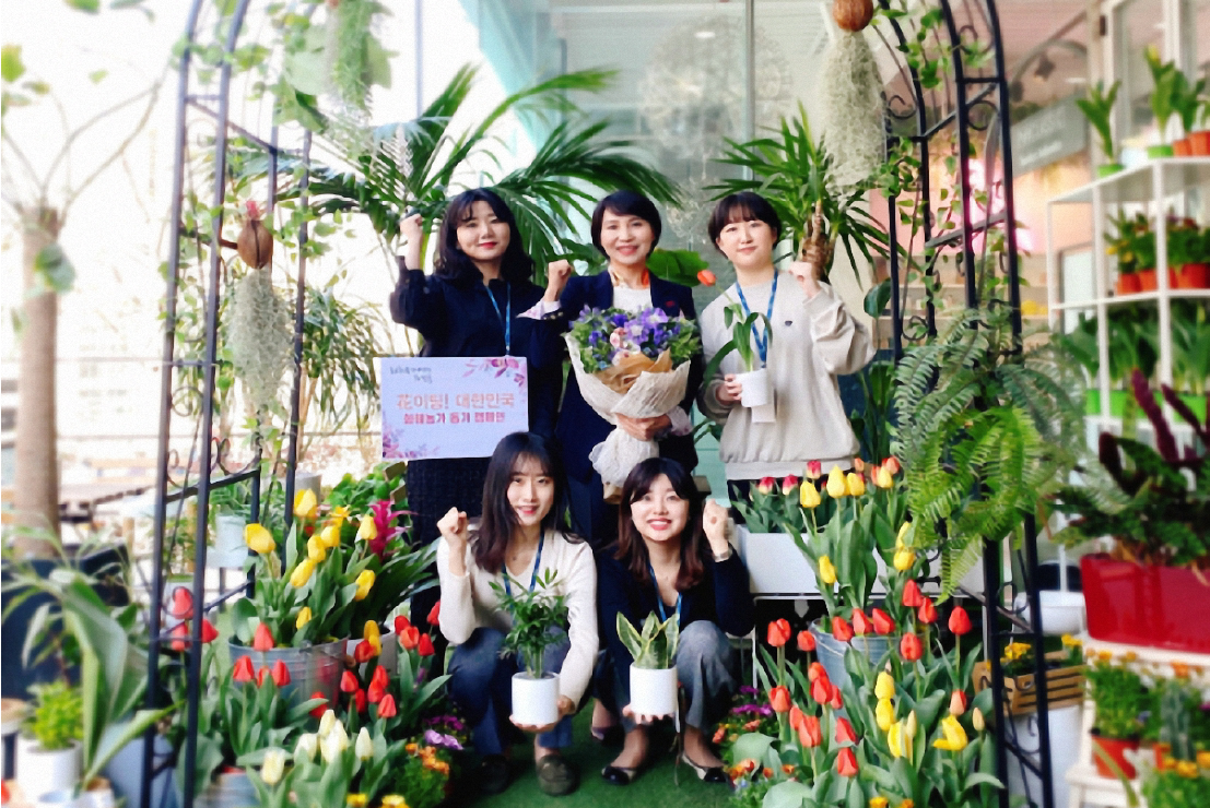 Photo of CEO Park Mi Kyung and other representatives in the garden